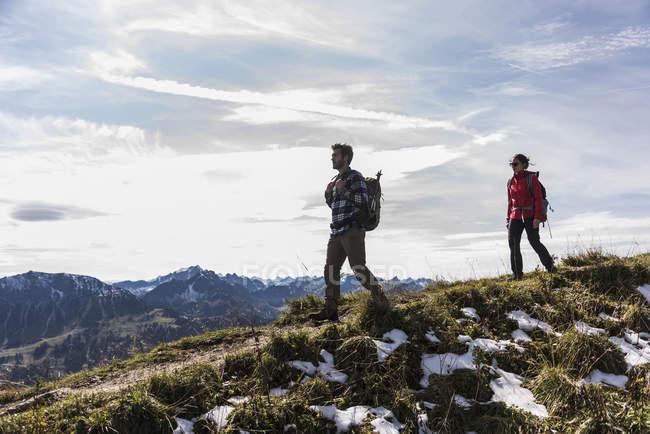 Áustria, Tirol, jovem casal caminhadas nas montanhas — Fotografia de Stock