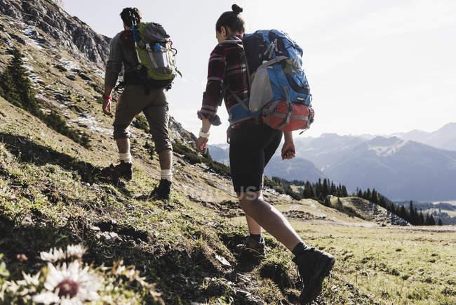 Autriche, Tyrol, jeune couple randonnée en montagne — Photo de stock