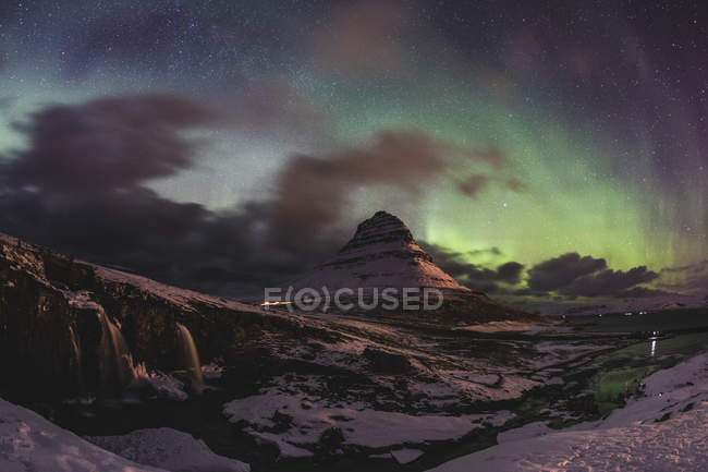Islandia, Grundarfjordur, Montaña por la noche con auroras boreales - foto de stock