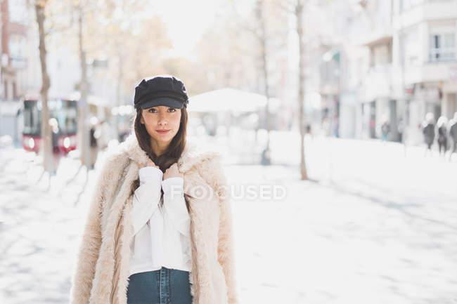 Портрет стильной молодой женщины в городе — стоковое фото