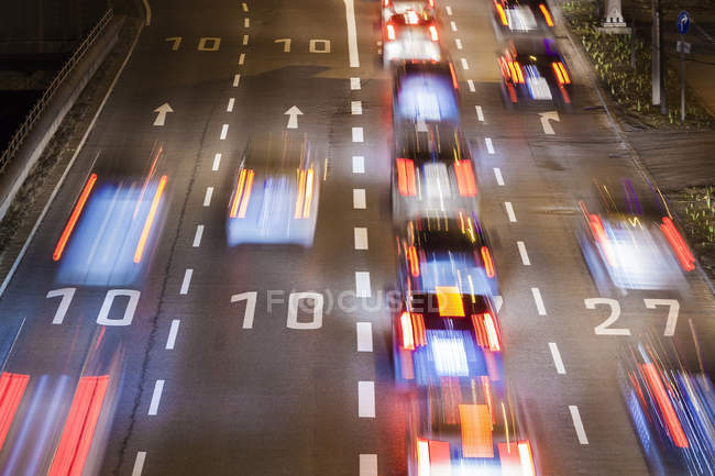 Deutschland, Baden-Württemberg, Stuttgart, Verkehr am Abend — Stockfoto