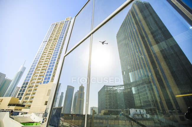 Emirati Arabi Uniti, Dubai, aereo a specchio in facciata di vetro — Foto stock
