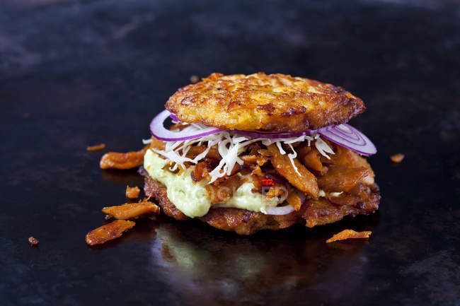 Veggie Burger feito de bolinhos de batata, batata doce, carne de soja, Remoulade e molho barbecue — Fotografia de Stock
