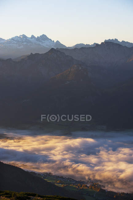 Austria, Salzkammergut, View from Schafberg to St. Wolfgang and Dachstein — стоковое фото