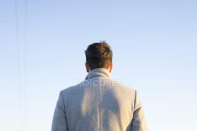 Rückansicht eines jungen Mannes gegen den Himmel — Stockfoto
