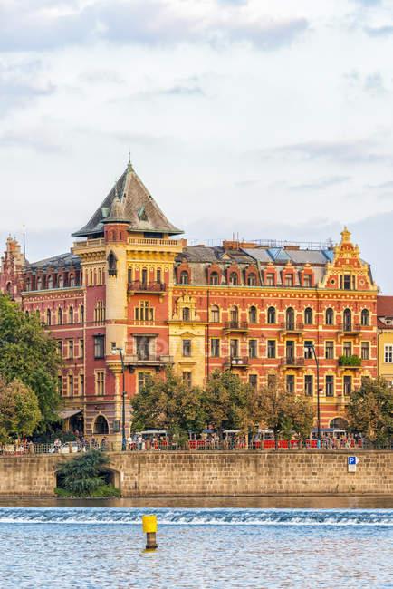 Чехія, Прага, міська будинків в Влтава — стокове фото