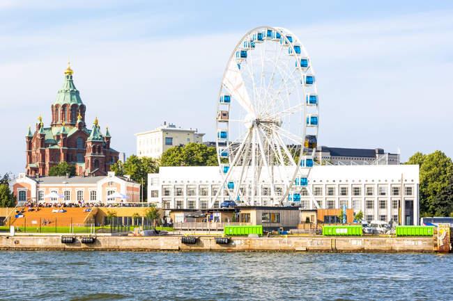 Finlandia, Helsinki, Catedral de Uspenski, rueda grande Finnair Skywheel - foto de stock