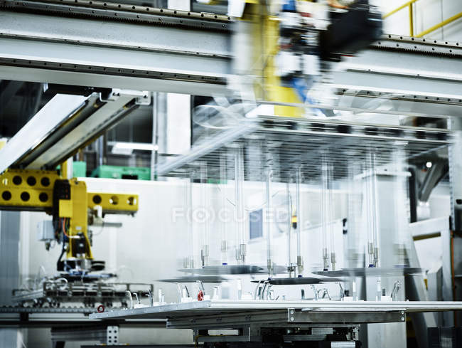 Moving industrial robot in metalworking — Stockfoto
