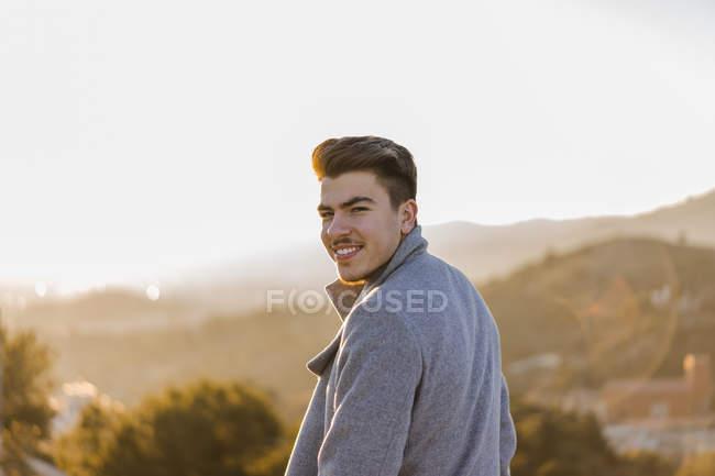Портрет усміхнених молодих людей на заході сонця — стокове фото