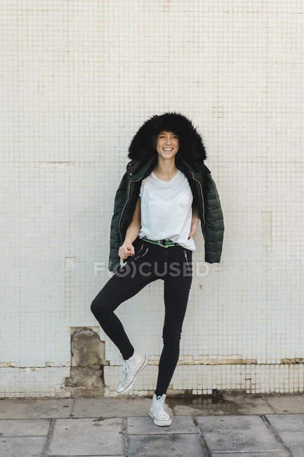 Смеющаяся женщина в куртке в капюшоне — стоковое фото