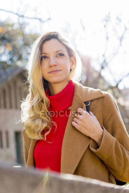 Портрет улыбающейся молодой женщины в саду — стоковое фото