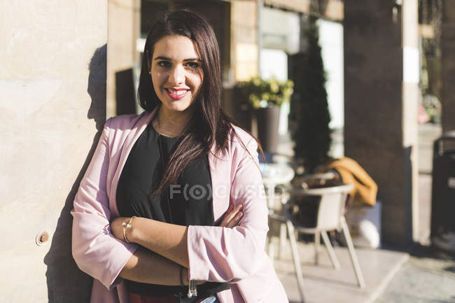 Portrait of smiling young woman in the city — Stock Photo
