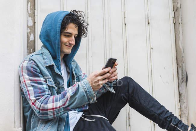 Jovem usando smartphone — Fotografia de Stock