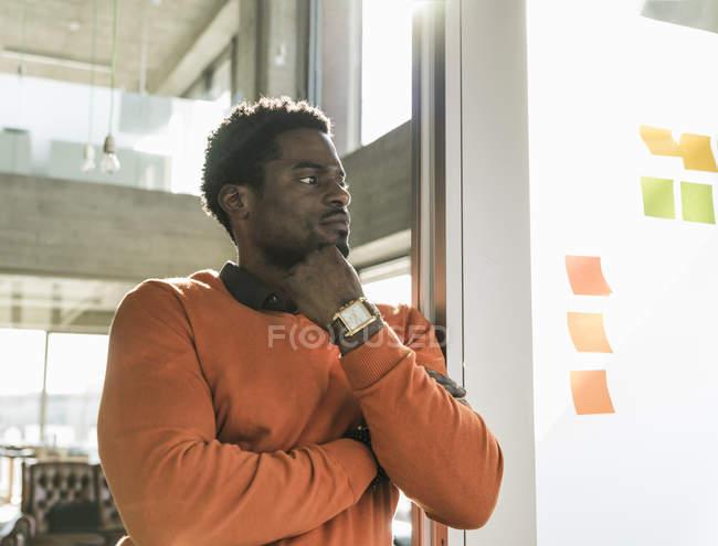 Повсякденний бізнесмен в офісі на стіні з клейовим нотами — стокове фото