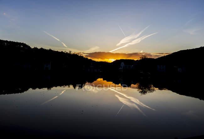 Belgique, rivière Mass au coucher du soleil — Photo de stock