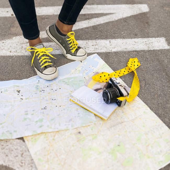 Крупный план женщины, стоящей на карте города — стоковое фото