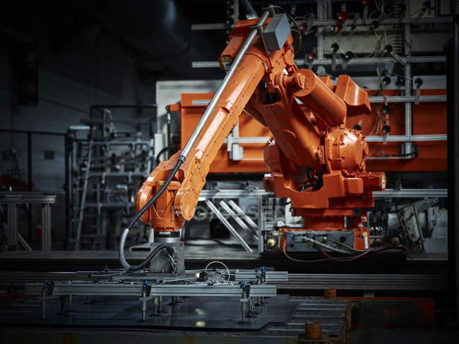 Bras de robot industriel utilisé dans la métallurgie — Photo de stock