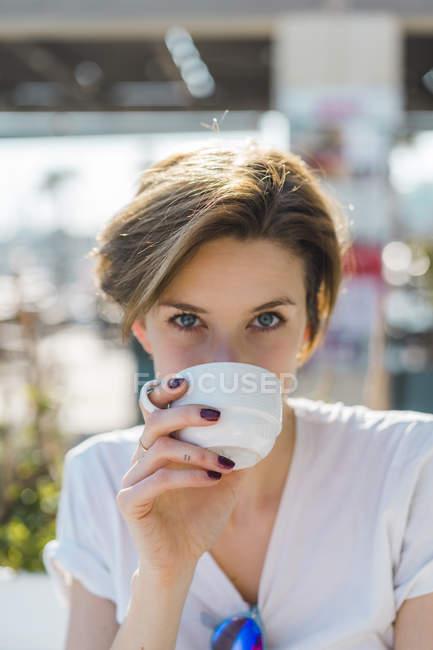 Retrato de mulher bebendo xícara de café — Fotografia de Stock