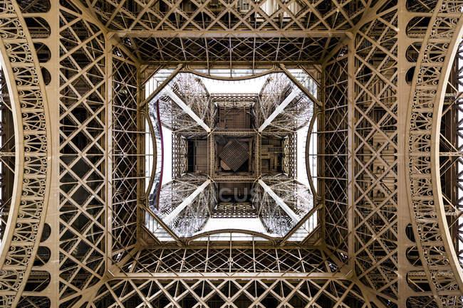 Франція, Іль-де-Франс, Париж, низький кут вид на Ейфелеву вежу — стокове фото