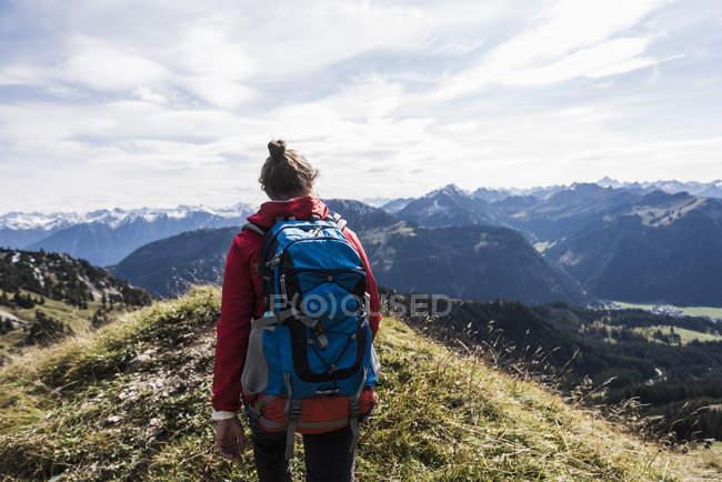 Autriche, Tyrol, jeune femme randonnée dans les montagnes — Photo de stock