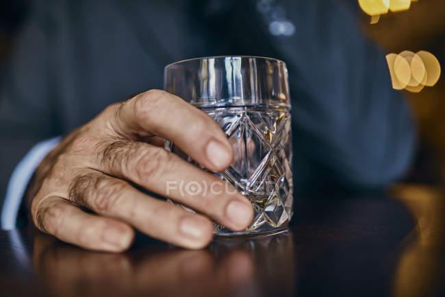 Крупний план людини в барі з массажер — стокове фото