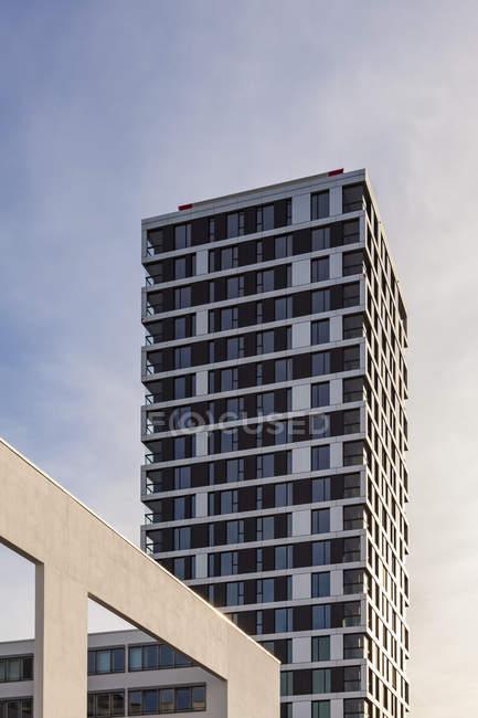 Alemania, Stuttgart, moderna torre de apartamentos - foto de stock