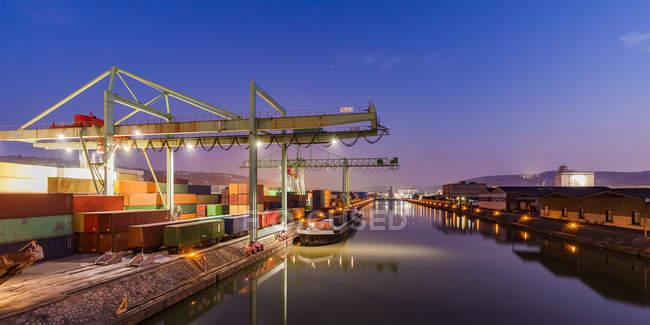 Alemania, Stuttgart, Neckar, puerto de contenedores a la hora azul - foto de stock