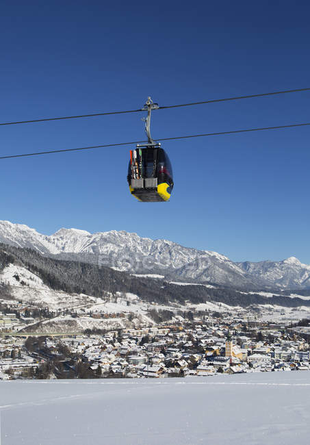 Austria, Styria, Liezen District, Schladming, Planai West cable car, Dachstein massif in the background - foto de stock