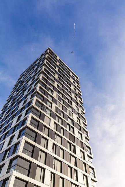 Alemania, Stuttgart, moderna torre de apartamentos y avión con estandarte - foto de stock