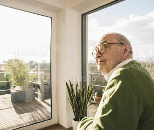 Verticale d'homme aîné à la fenêtre — Photo de stock