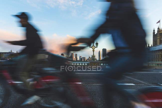 Великобритания, Лондон, люди, арендующие велосипеды на Вестминстерском мосту — стоковое фото