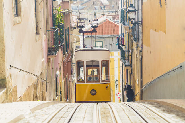 Portugal, Lisbon, Bairro Alto, Elevador da Gloria, yellow cable railways — Stock Photo