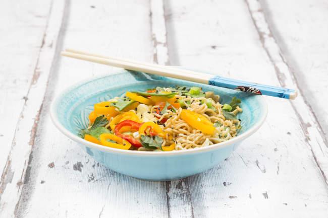Schüssel Mie-Nudeln mit Gemüse — Stockfoto
