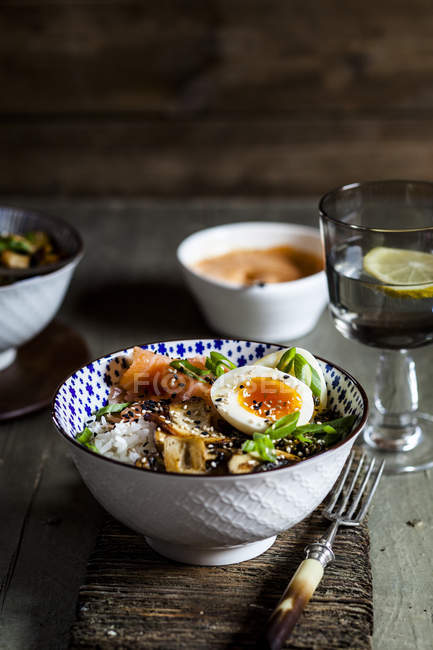 Lunch-Schüssel, gekochtes Ei, Reis, Räucherlachs, Pilze, Grünkohl, Sesam — Stockfoto