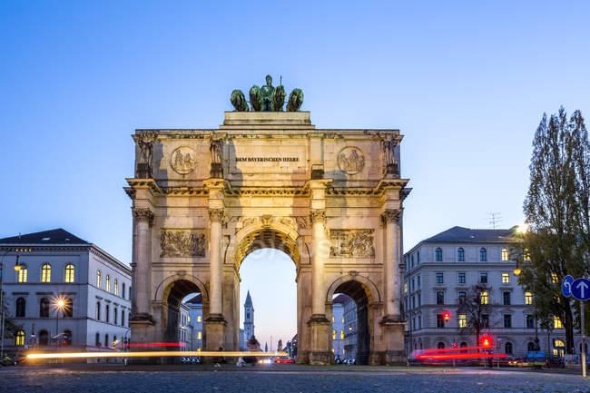 Deutschland, Bayern, München, Nordfassade des Siegestors, Blick auf die Ludwigstraße, blaue Stunde — Stockfoto
