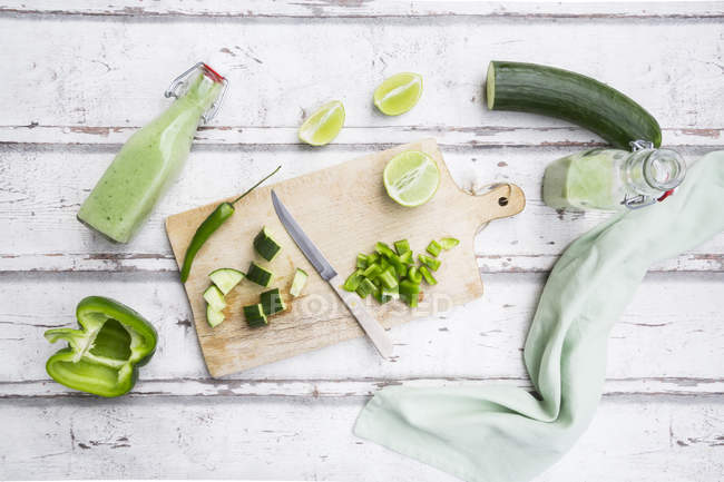 Garrafas de vidro de Gazpacho verde caseiro e ingredientes — Fotografia de Stock