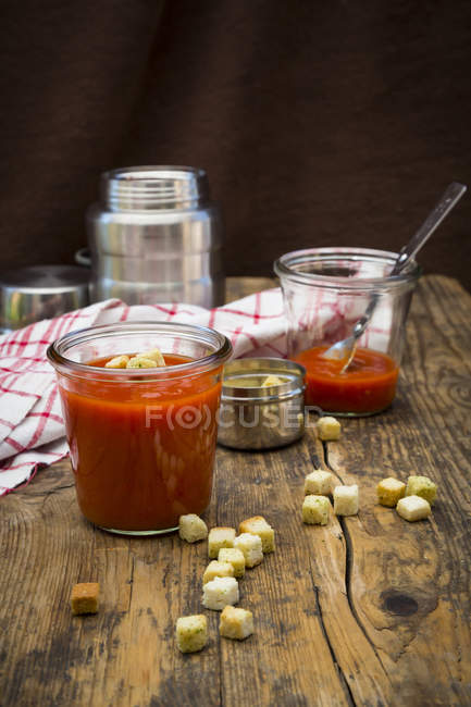Sopa do tomate na garrafa do garrafa térmica, croutons — Fotografia de Stock