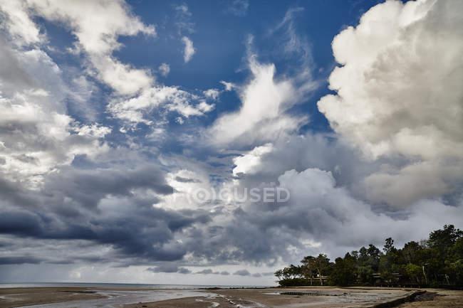 Thaïlande, Ko Yao Yai, nuages au-dessus de la plage — Photo de stock