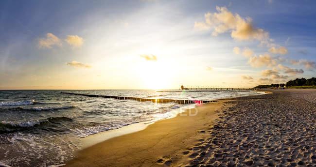 Germania, Meclemburgo-Pomerania occidentale, Zingst, spiaggia al tramonto — Foto stock