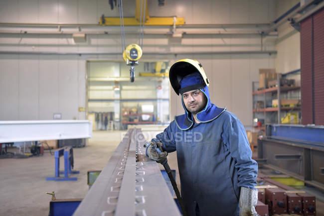 Porträt des Schweißers in der Fabrik — Stockfoto