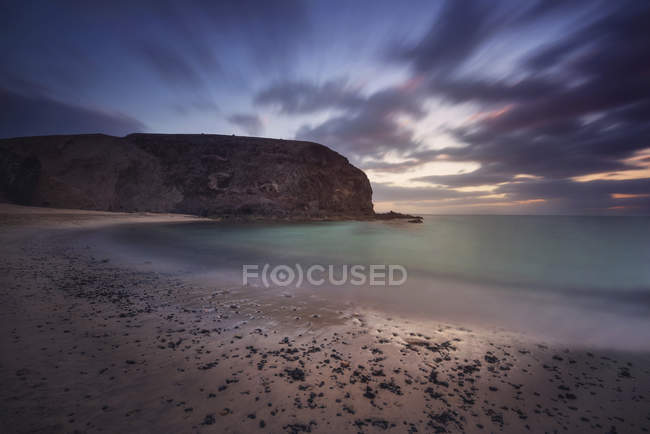 Spain, Canary Islands, Lanzarote, Papagayo beach at dusk — Photo de stock