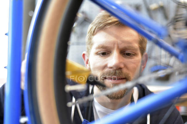Велосипед механік мастильні велосипеда ланцюга — стокове фото