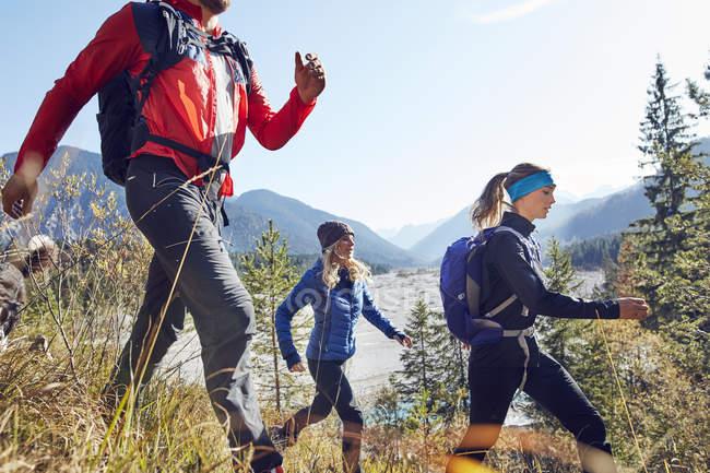 Allemagne, Bavière, Karwendel, groupe d'amis randonnées en montagne — Photo de stock