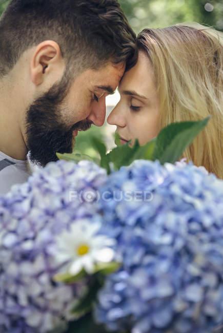 Романтическая пара с букетом гортензий — стоковое фото