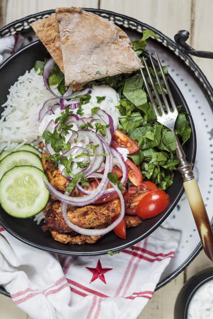 Gyros, riz, poulet, salade, tomate, concombre, oignon, tzatziki, pain pita maison — Photo de stock