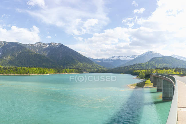 Germania, Baviera, Diga di Sylvenstein, Veduta sulle montagne del Karwendel in Austria — Foto stock