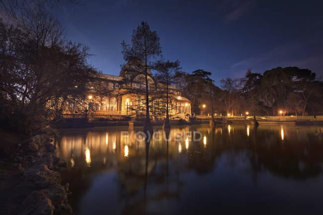 España, Madrid, Palacio de Cristal por la noche en el parque de El Retiro - foto de stock