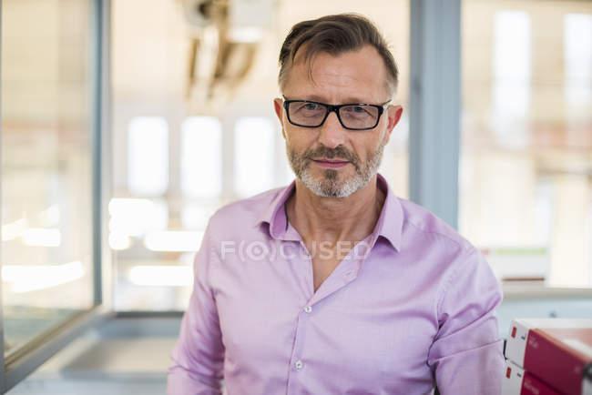Porträt eines selbstbewussten Geschäftsmannes im Amt — Stockfoto