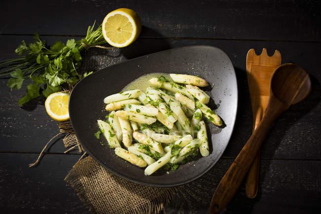 Спаржа салат з цибулею, петрушкою і вінегрет — стокове фото