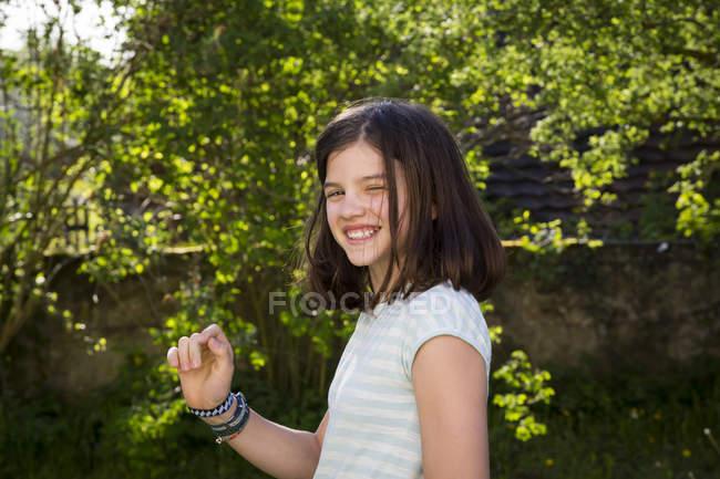 Portrait de fille riante dans le jardin — Photo de stock